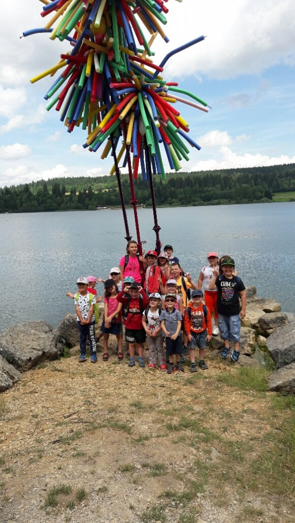 """Les élèves posent devant l'oeuvre intitulée """"FLORIDE"""""""